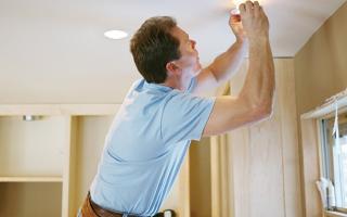 Как открутить лампочку в натяжном потолке